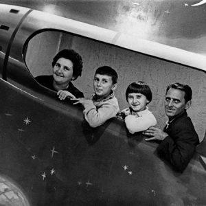 Pose dans une fusée factice / Budapest, 1960