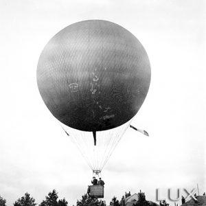 Le ballon s'envole / Tours, place de Strasbourg, 1900