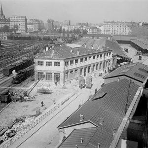 Gare du Nord, vue sur les voies / Paris (arrière-plan) église Saint-Bernard, 1900