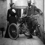 Couple avec un tricycle / 1900