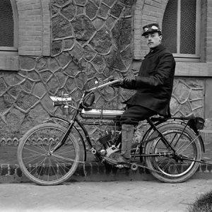 Motocyclette / Paris, 1910