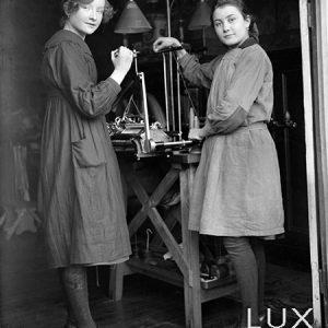 Ouvrières sur un métier à tisser / 1920