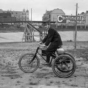 Tricycle à moteur / Londres, 1900