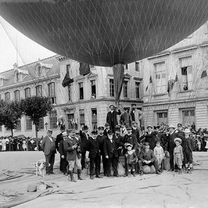 Lancement d'un ballon / Tours, place Anatole France, 1905