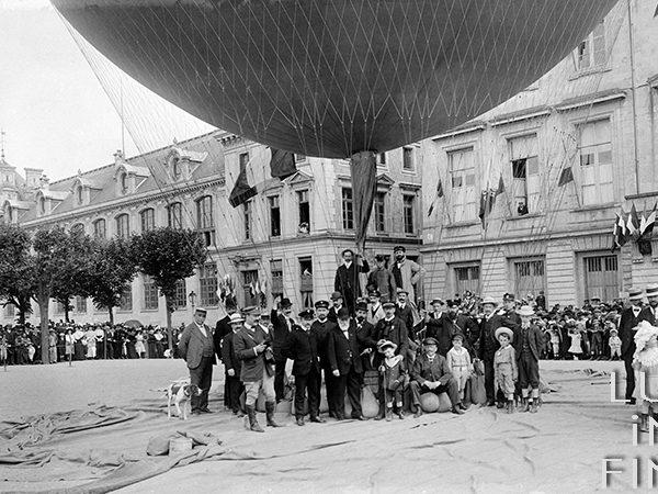 Lancement d'un ballon / Tours, place Anatole France, 1905