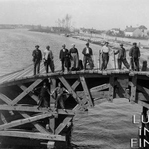 Ouvriers sur un pont provisoire / Bléré, Touraine, 1895