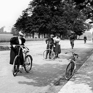 La promenade à vélo / Bois de Boulogne, Paris, 1895