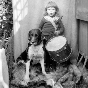 Enfant au tambour et son chien / 1900