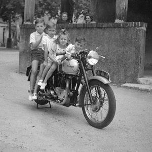 4 enfants sur une moto Triump/ Cher, 1948