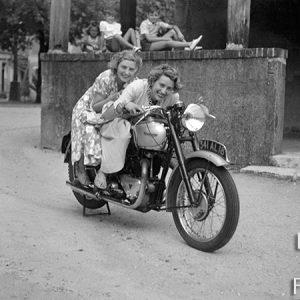 Deux femmes sur une moto Triumph / Centre, 1948