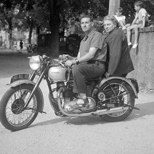 Couple sur une moto Triumph / Cher, 1948