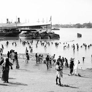 Baignade dans le Gange / Bénarès, Inde, 1875