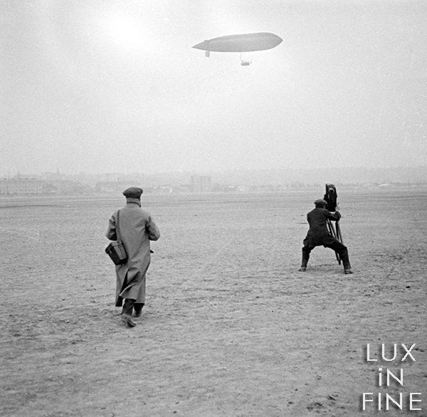 Un journaliste filme l'arrivée d'un ballon dirigeable / Issy-les-Moulineaux