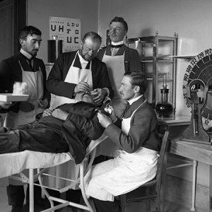 Chez l'ophtalmologiste / Hôpital d'Angers, 1903