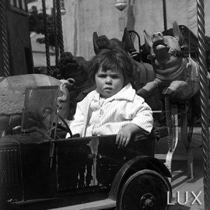 Enfant sur un manège / Paris, 1927