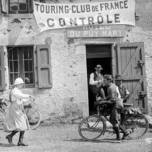 Ravitaillement d'une course cycliste / Massif Central, 1913
