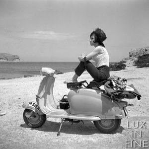 Jeune femme sur son scooter / Côte d'Azur, 1953