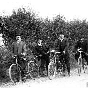Trois vélo et une moto / Huismes (Touraine), 1907