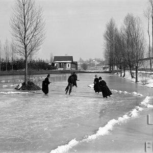Des patineurs sur le canal gelé / Saint-Pierre-des-Corps, Indre-et-Loire, 1885