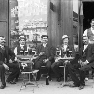 Bières en terrasse. Paris, rue Crozatier, 1905