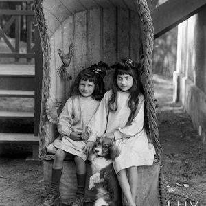 Les deux fillettes, Touraine, 1910 - NE023046