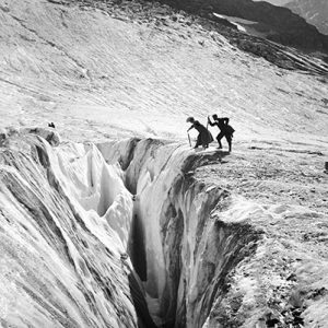 Au-dessus de la crevasse, France, 1895 -NE033289